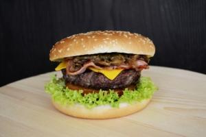Saftiger Burger auf dem Grill